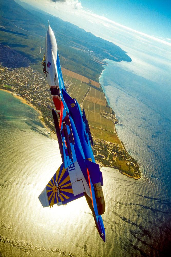 Un aereo della pattuglia acrobatica dell'aviazione militare russa Cavalieri Russi