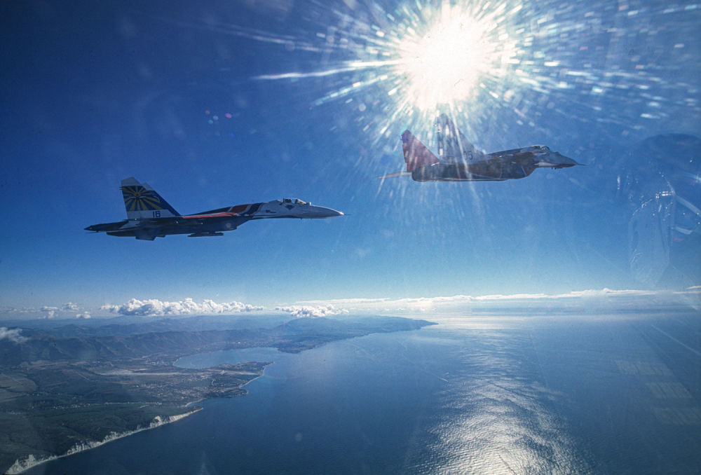 I MiG-29 e Su-27 delle pattuglie acrobatiche dell'aviazione militare russa Cavalieri Russi e Strizhi