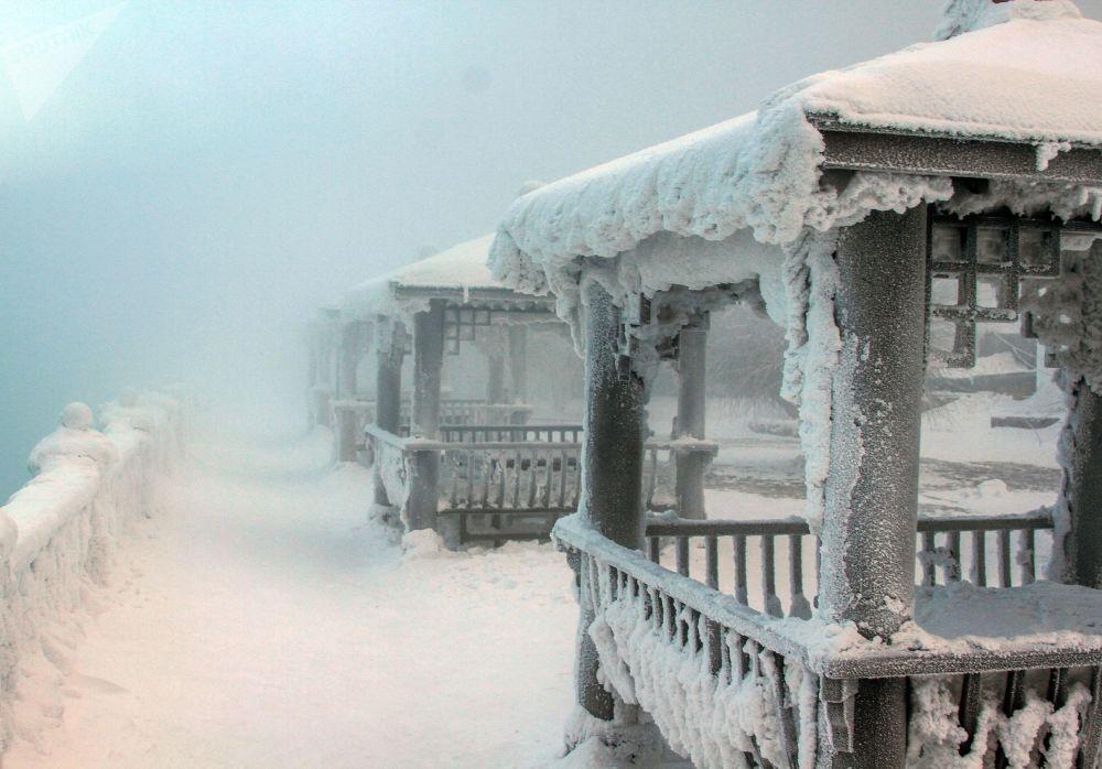 L'albergo La leggenda del Baikal alle sorgenti del fiume Angara nel lago Baikal.