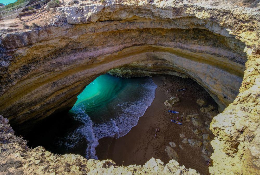 La spiaggia della grotta di Benagil in Portogallo.