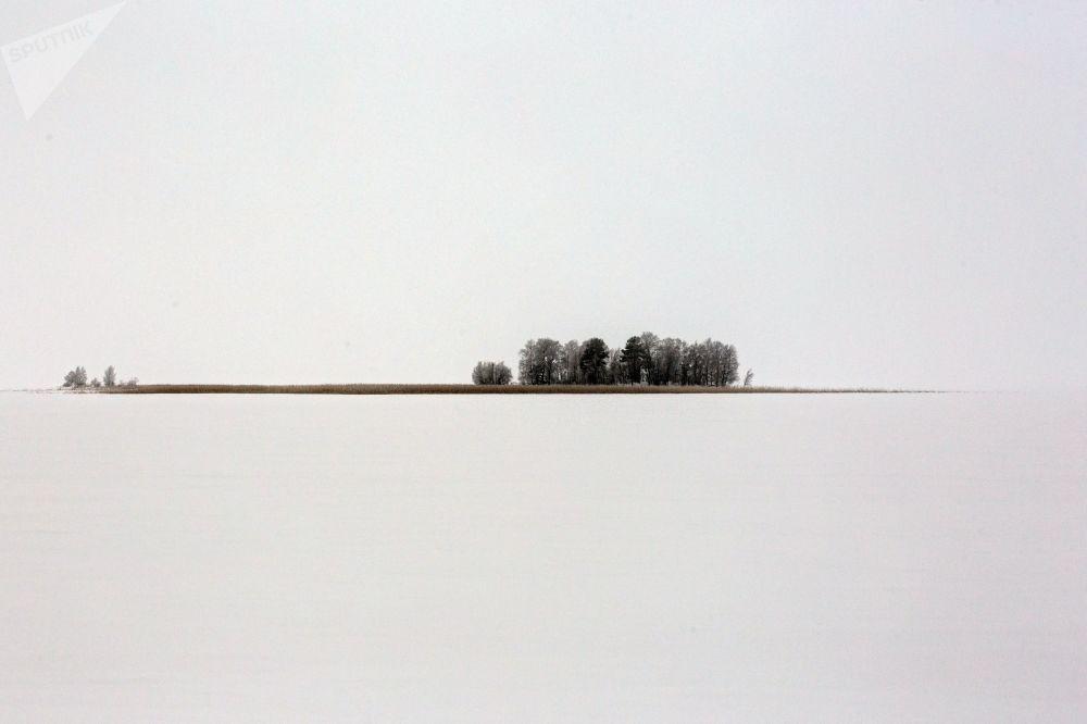 L'isola Kamenny nel lago Syamosero in Carelia, Russia.