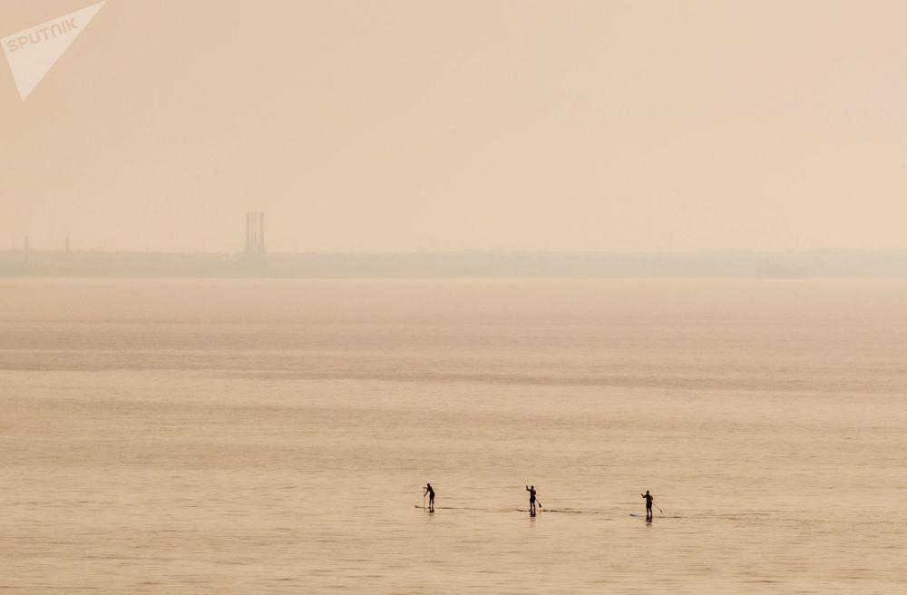 Surfisti nel mare di Cipro.