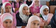 Bambine a scuola nel campo profughi di Kharzholi vicino a Damasco