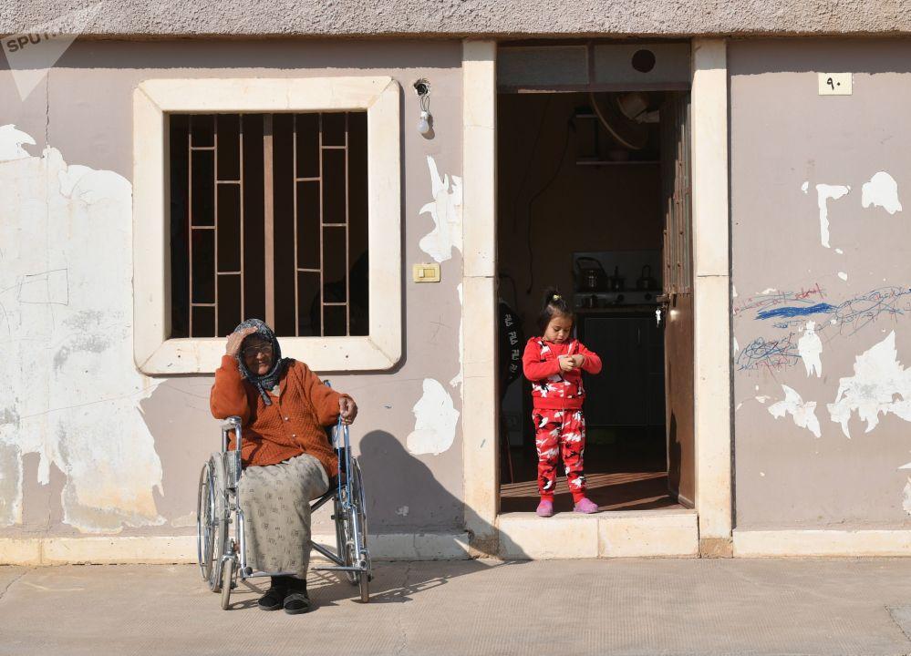 Una donna e una bambina nel campo profughi di Kharzholi vicino a Damasco