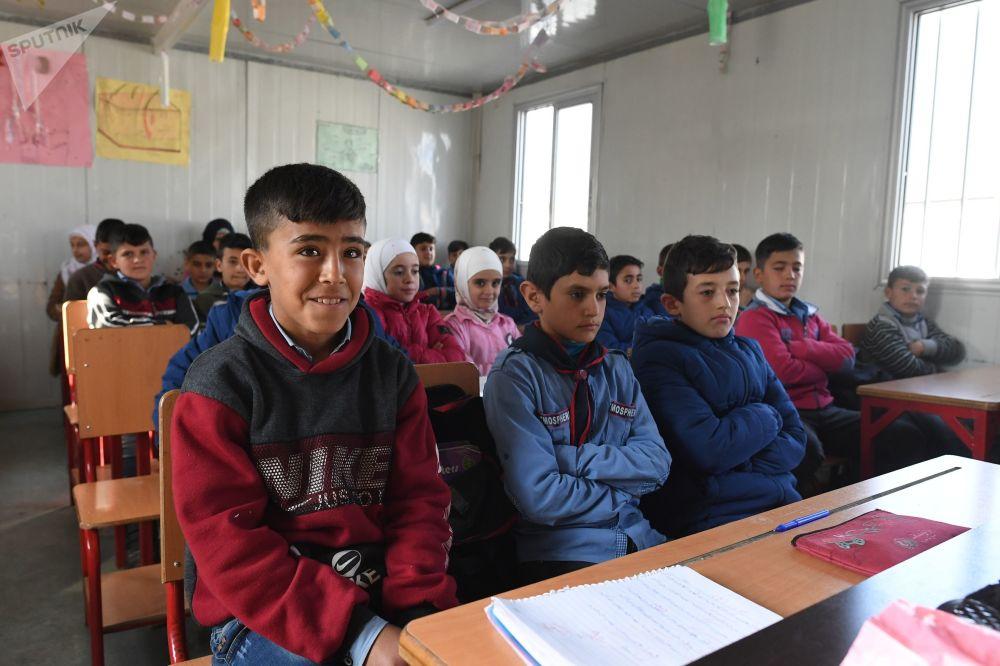 Bambini a scuola nel campo profughi di Kharzholi vicino a Damasco