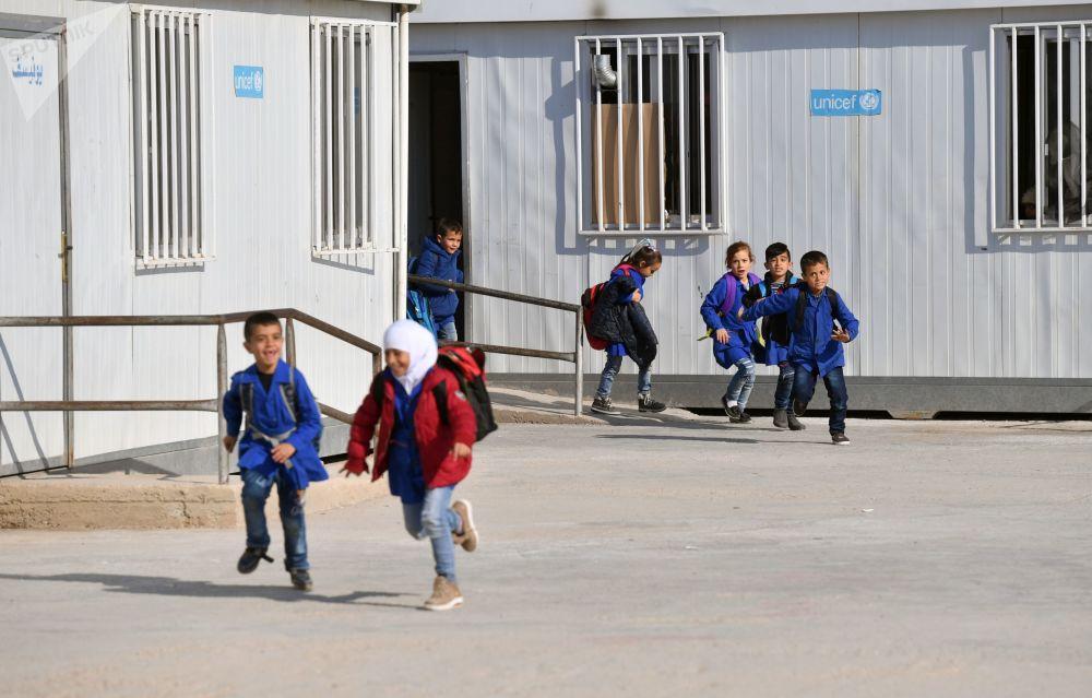 Dei bambini escono dalla scuola nel campo profughi di Kharzholi vicino a Damasco
