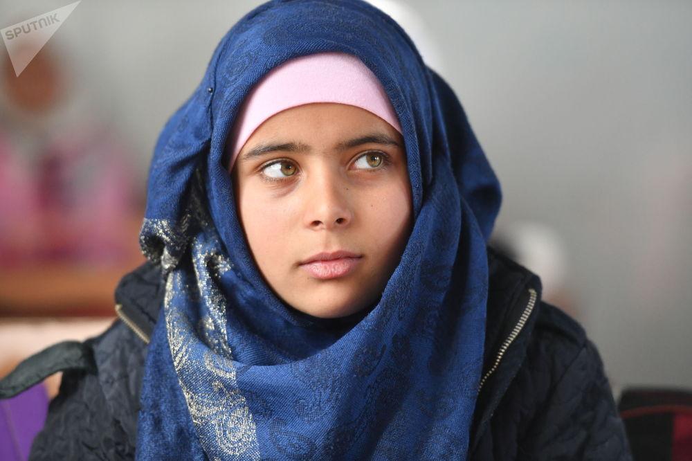 Una ragazza a scuola nel campo profughi di Kharzholi vicino a Damasco