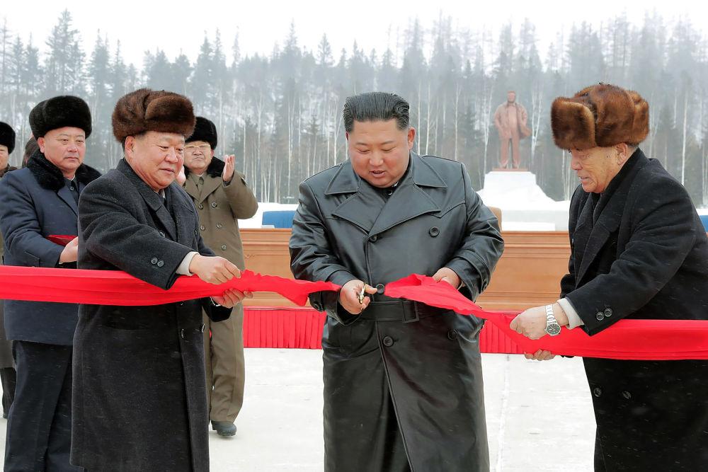 Il leader della Corea del Nord Kim Jong-un taglia il nastro all'inaugurazione della nuova città.