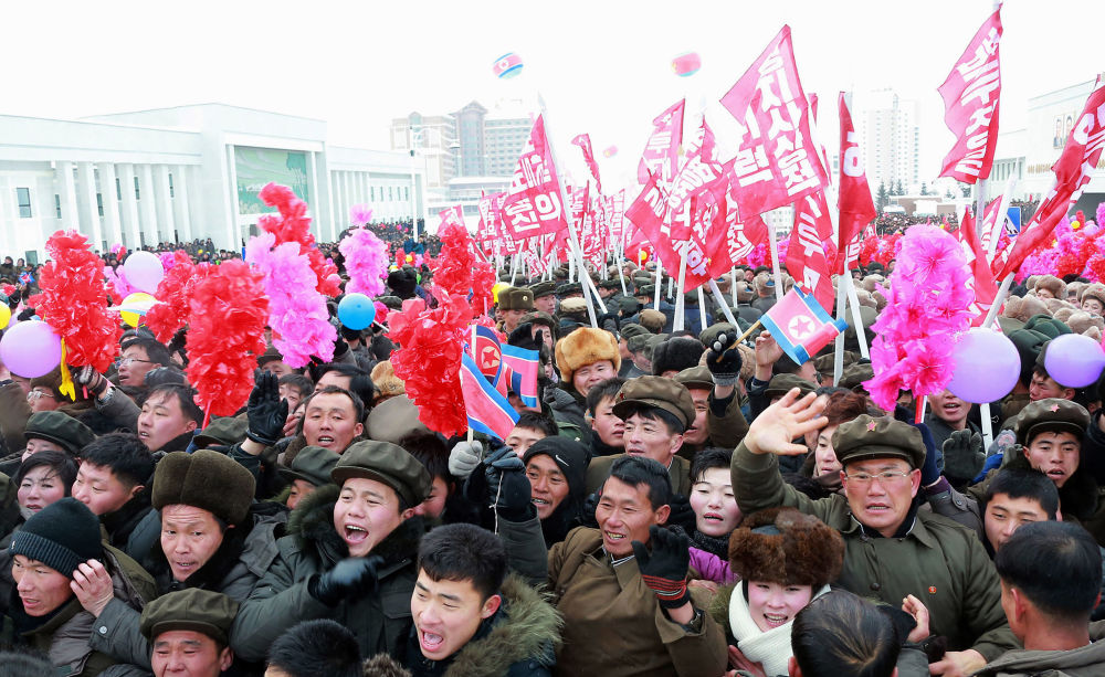La gente celebra il termine della costruzione della nuova città.