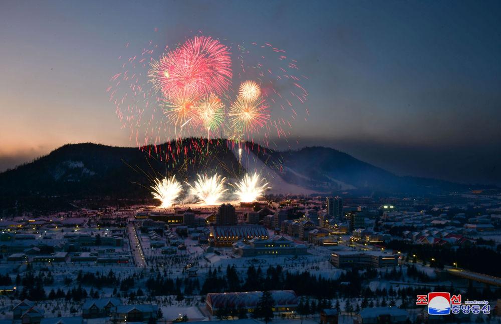 I fuochi d'artificio dedicati al completamento della costruzione della città.