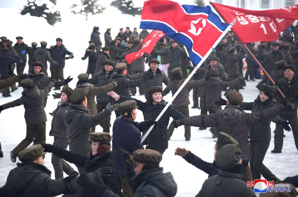 I cittadini nordcoreani ballano alla cerimonia dell'inaugurazione della nuova città.