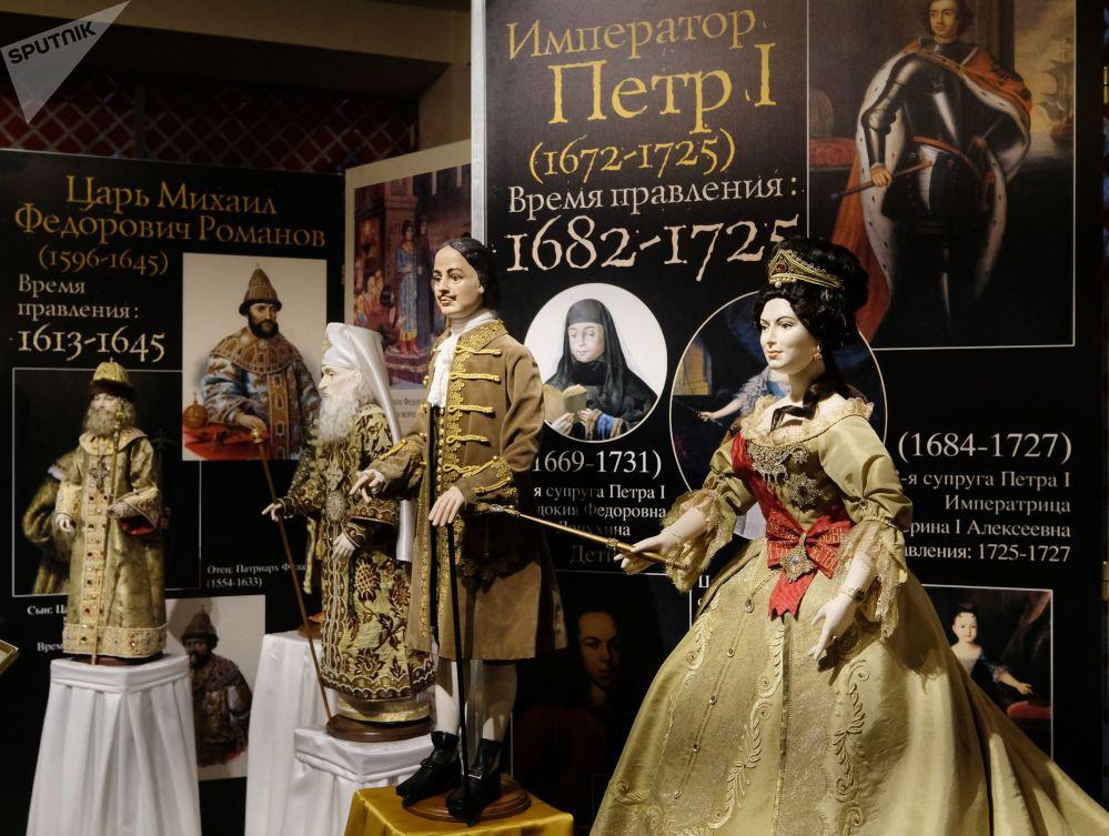 Le bambole di Pietro il Grande e Caterina la Grande alla mostra I monarchi russi. Le pagine della storia a Mosca