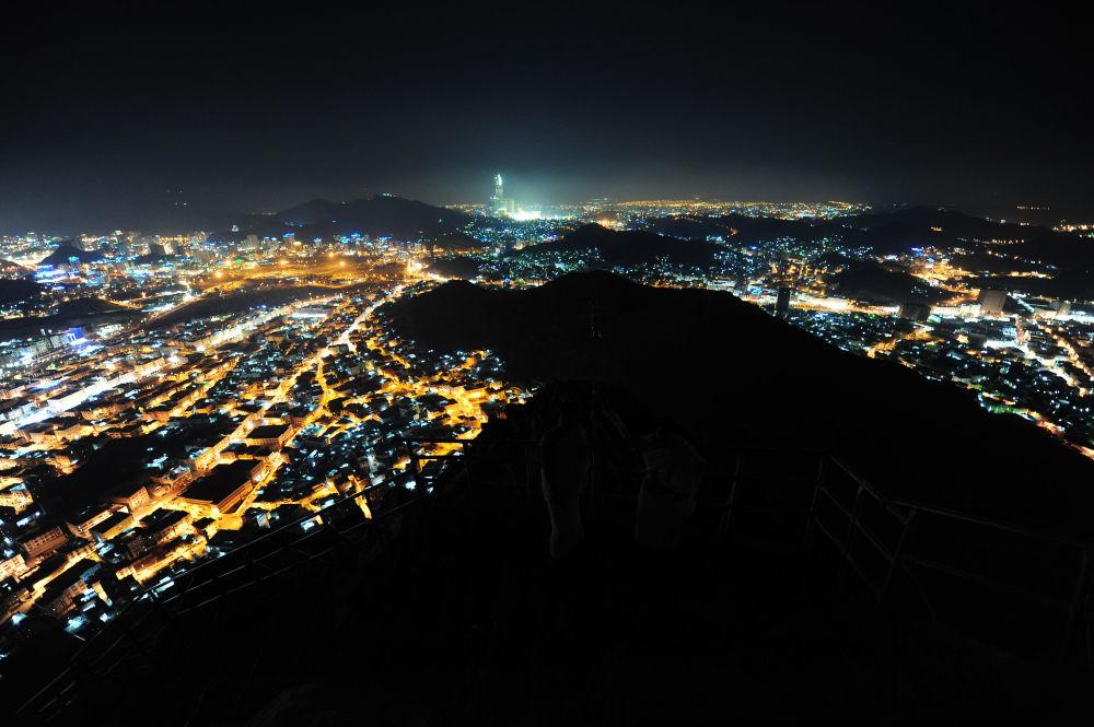 La città di Mecca, vista dalla cima del monte di Jabal al-Nur, mentre circa 2,5 milioni di pellegrini musulmani scendono in città per l'annuale hajj o pellegrinaggio