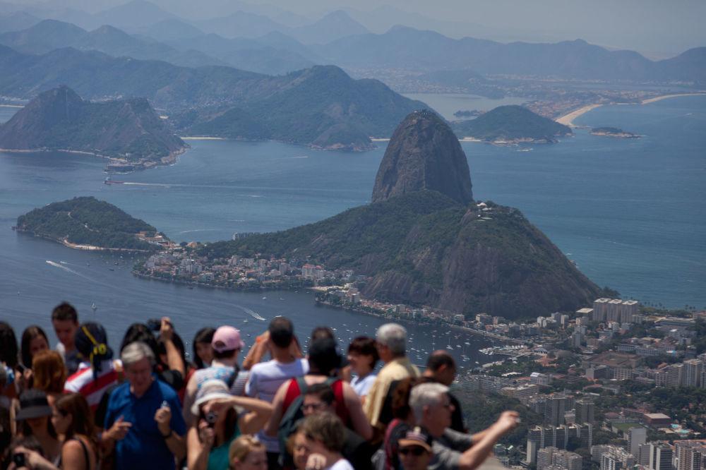 Turisti si godono la vista dal Pan di Zucchero a Rio de Janeiro, Brasile