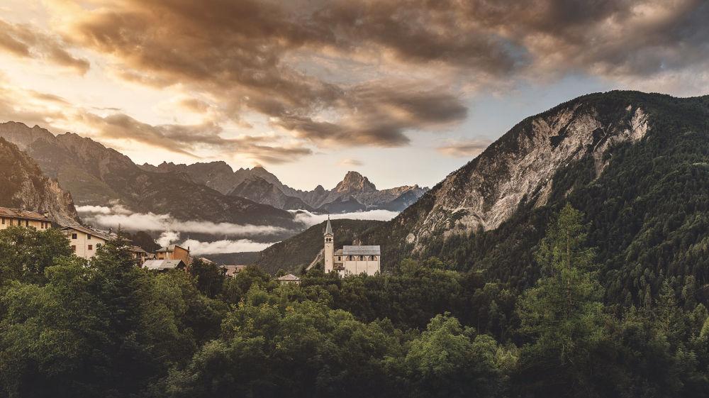 Vista di una chiesa nelle Dolomiti
