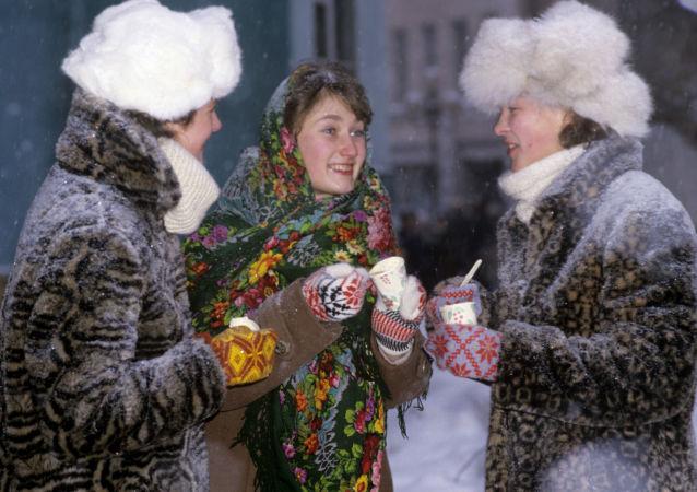Ragazze mangiano un gelato