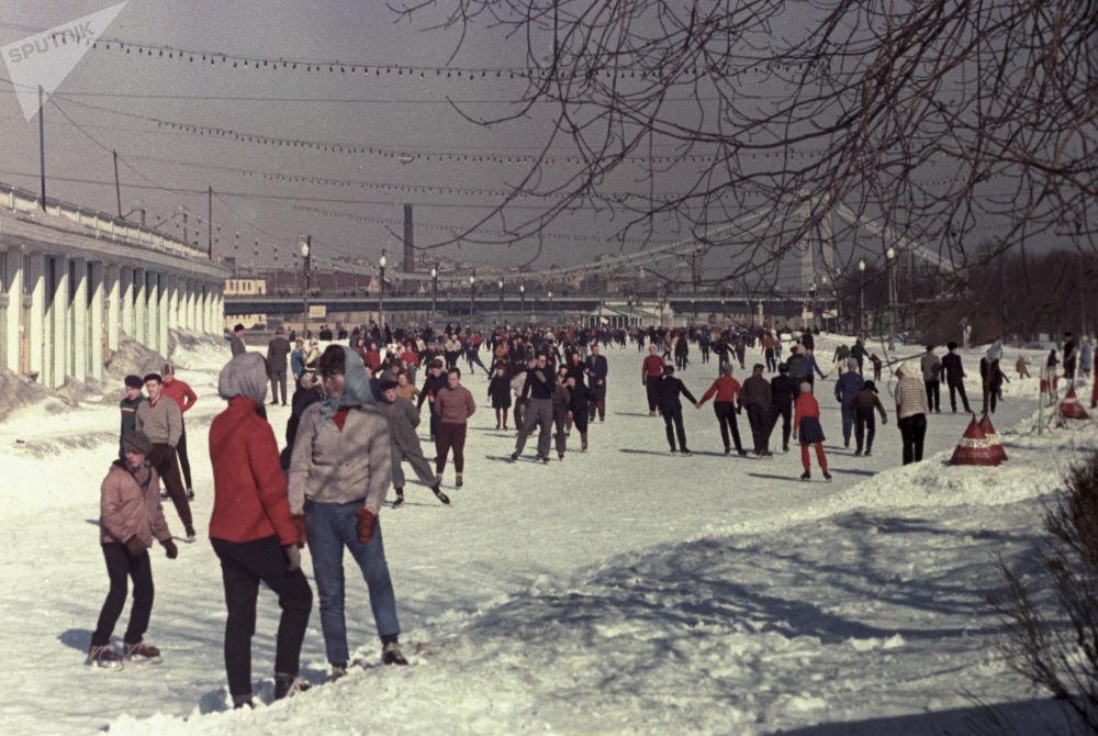 Sulla pista di pattinaggio nel Parco di Gorky a Mosca