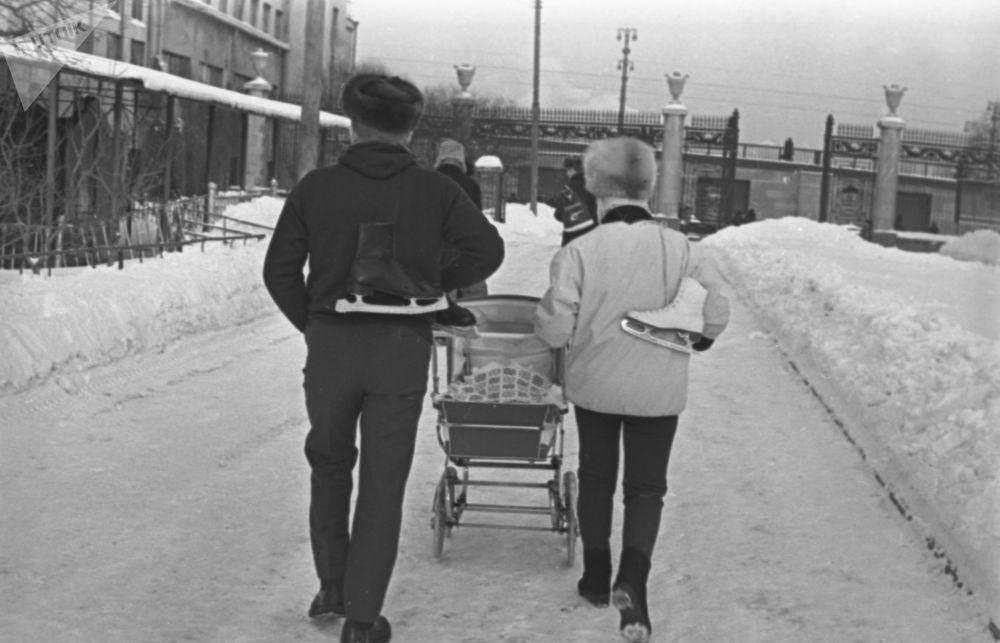 Domenica tutta la famiglia va alla pista di pattinaggio nel Parco di Gorky, Mosca