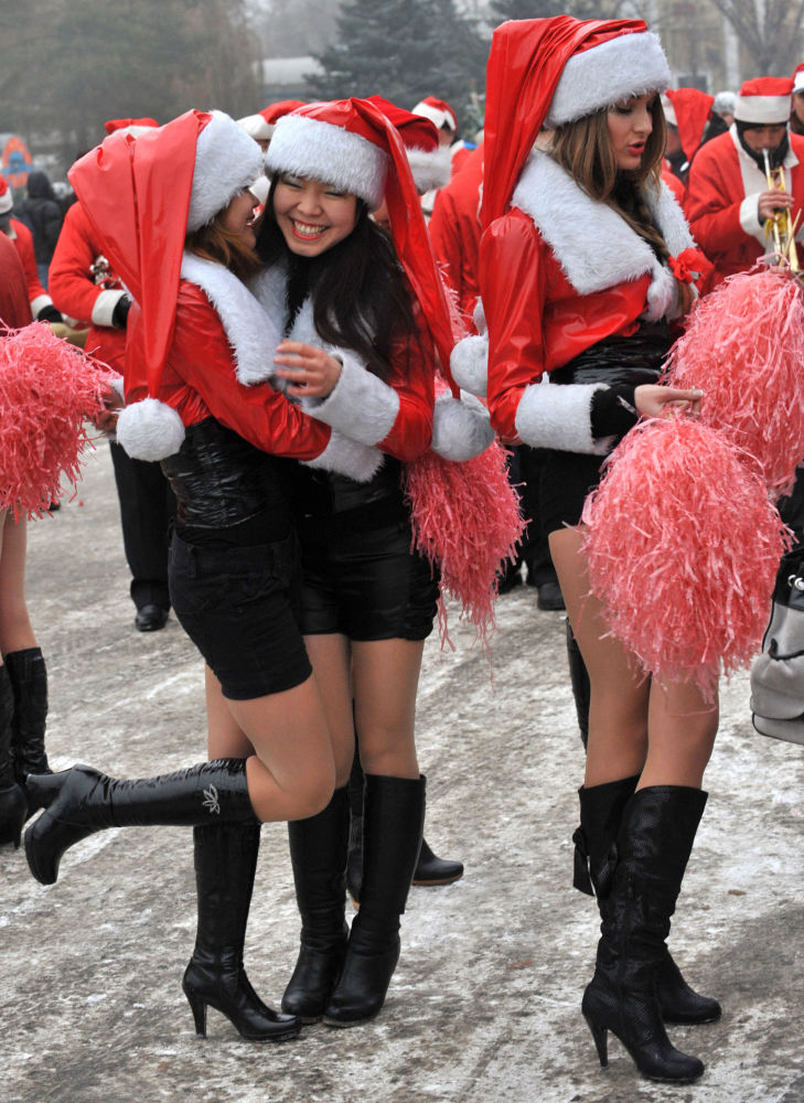 Ragazze vestite da Babbo Natale durante la parata di Capodanno a Bishkek, Kirghizistan