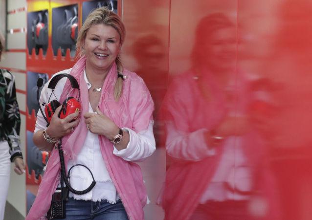 Corinna Schumacher (a destra) durante una visita ai box della Ferrari nel 2019