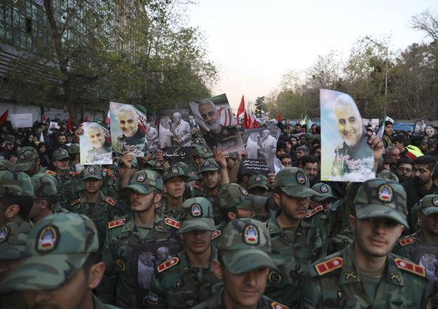 Migliaia in piazza a Teheran per rendere omaggio al comandante Soleimani