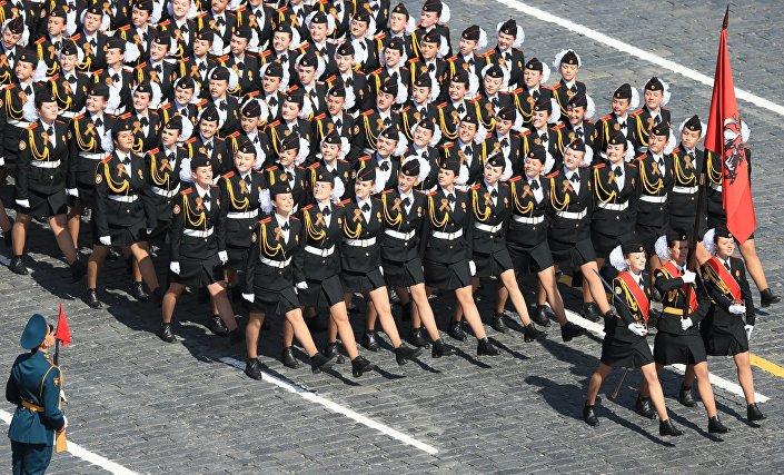 Parata della Vittoria: donne soldato in marcia