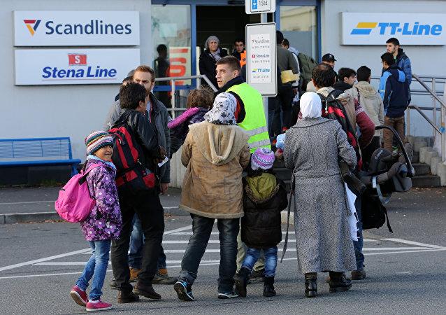 Migranti all'imbarco di un traghetto per la Svezia al porto di Rostock