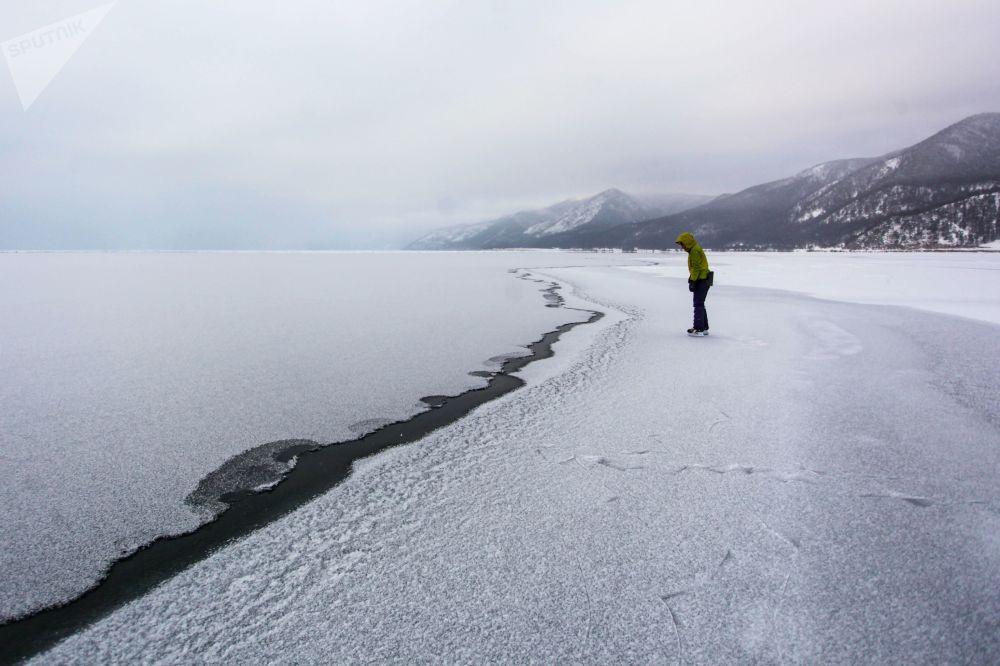 Una ragazza sul lungofiume di Baikal