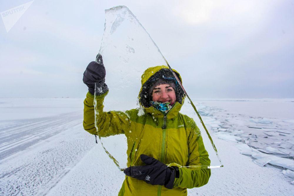 Una ragazza sull lago di Baikal