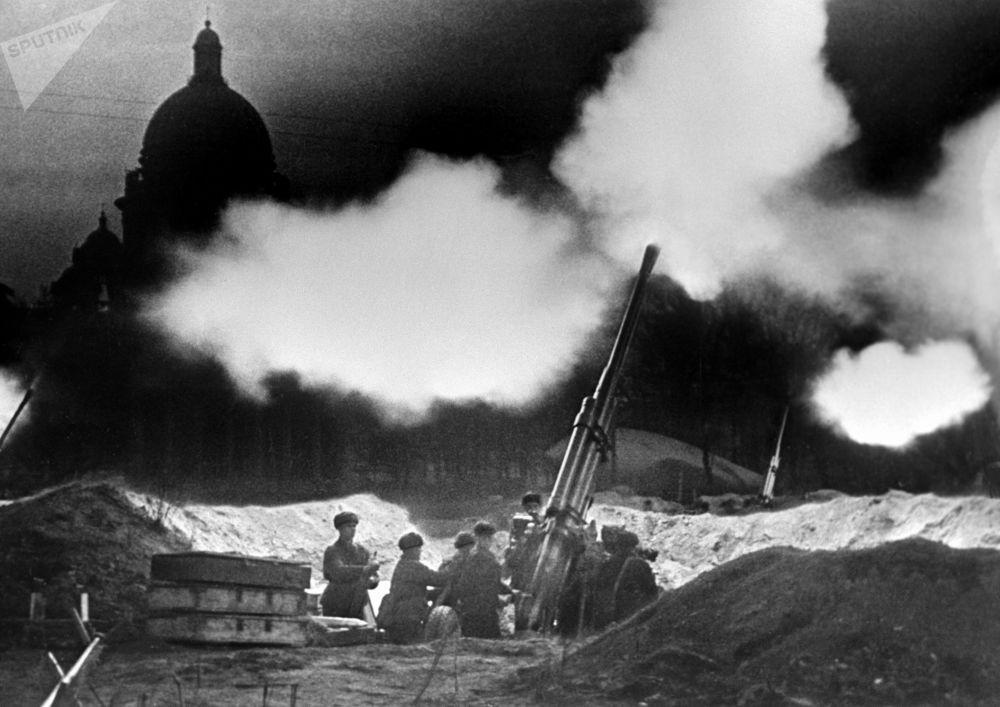 Una batteria di cannoni antiaerei vicino alla Cattedrale di Sant'Isacco apre il fuoco mentre respinge una incursione notturna degli aerei tedeschi durante l'assedio di Leningrado