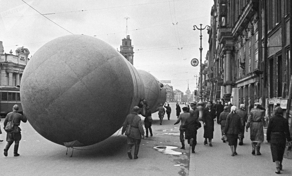 Installazione di batterie antiaeree sovietiche sulla Prospettiva Nevsky a Leningrado durante l'assedio