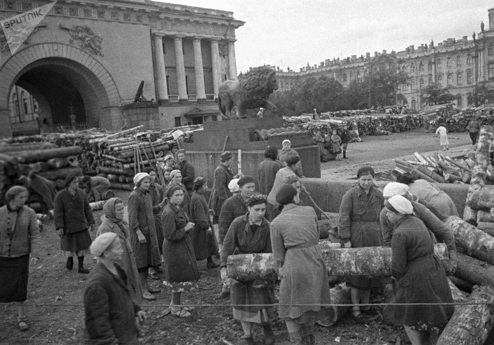 La popolazione civile costruisce fortificazioni per le strade della città durante dell'assedio di Leningrado