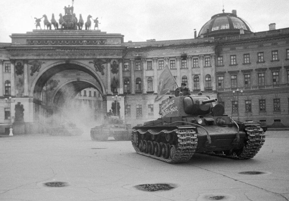 Una colonna di carri armati vicino allo stato maggiore sulla piazza del Palazzo a Leningrado si dirige verso il fronte