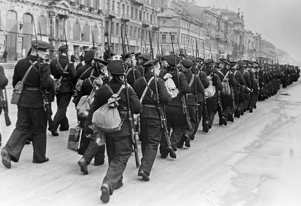 Soldati marciano per le strade di Leningrado verso il fronte, 1941