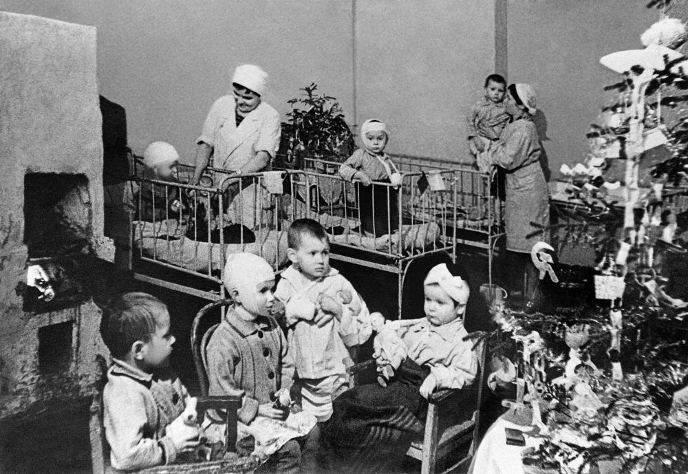 Bambini in ospedale festeggiano il Capodanno durante l'assedio di Leningrado