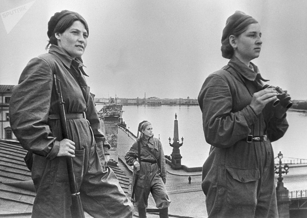 Soldatesse addette alla difesa aerea durante l'assedio di Leningrado, 1942