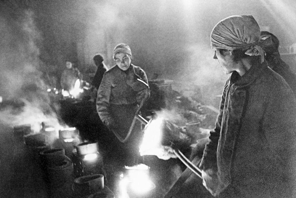 Donne fondono il metallo in fabbrica durante l'assedio di Leningrado, 1942