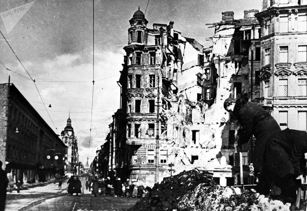 Leningrado assediata dopo un raid aereo nemico
