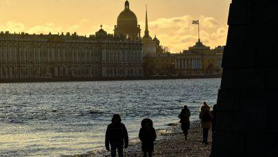 Le persone camminano lungo la spiaggia vicino alla Fortezza di Pietro e Paolo.