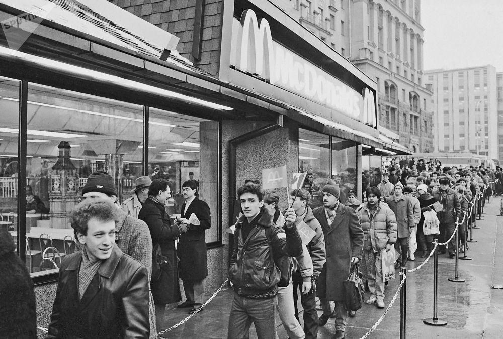 Il 31 gennaio 1990 sulla Piazza Pushkin a Mosca fu inaugurato il primo ristorante sovietico-canadese McDonald's e si formò una fila lunghissima di persone desiderose di entrare nel ristorante.