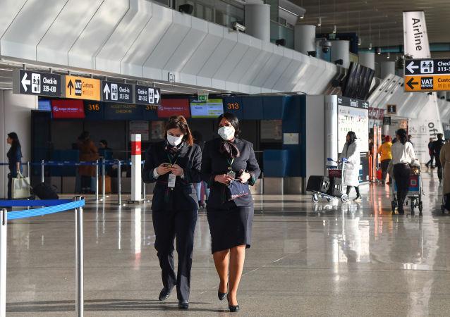 Il personale dell'aeroporto Fiumicino in maschere