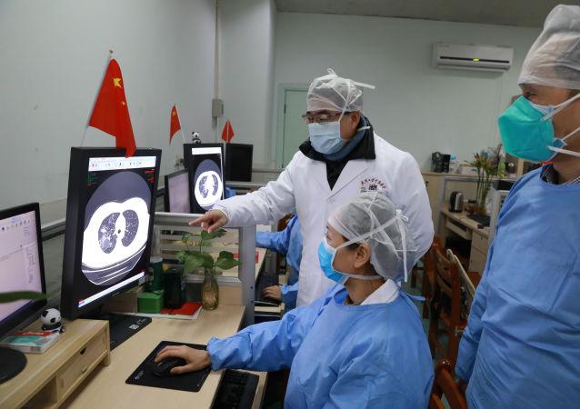 Medici cinesi osservano uno studio sul coronavirus