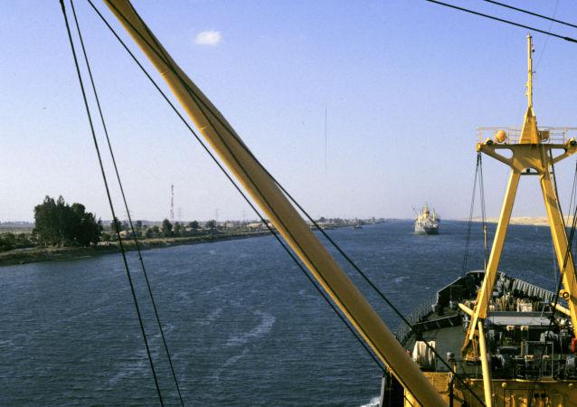 Il Canale di Suez che lega il mar Rosso e il mar Mediterraneo.