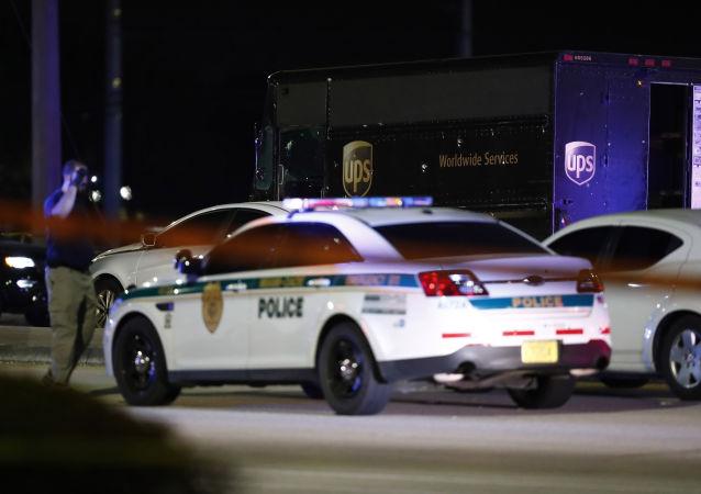 Un'autorità cammina sulla scena di una sparatoria negli USA, giovedì, Dec. 5, 2019, in Miramar, Florida.