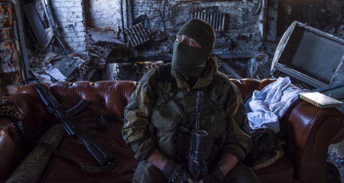 Un miliziano del Donbass in un momento di pausa dei combattimenti