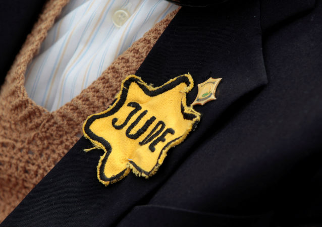 FILE PHOTO: Polish born Mordechai Fox, an 89-year-old Holocaust survivor, wears a yellow Star of David on his jacket during a ceremony marking Holocaust Remembrance Day at Yad Vashem Holocaust Memorial in Jerusalem May 2, 2011