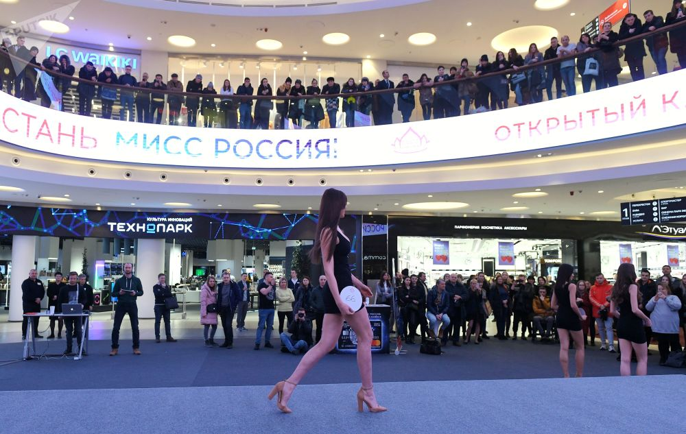 Una partecipante al casting Miss Russia 2020 a Mosca.