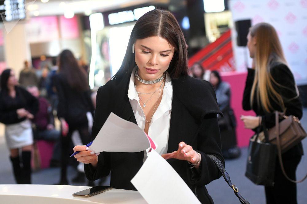 Una partecipante compila i documenti prima dell'inizio del casting Miss Russia 2020.