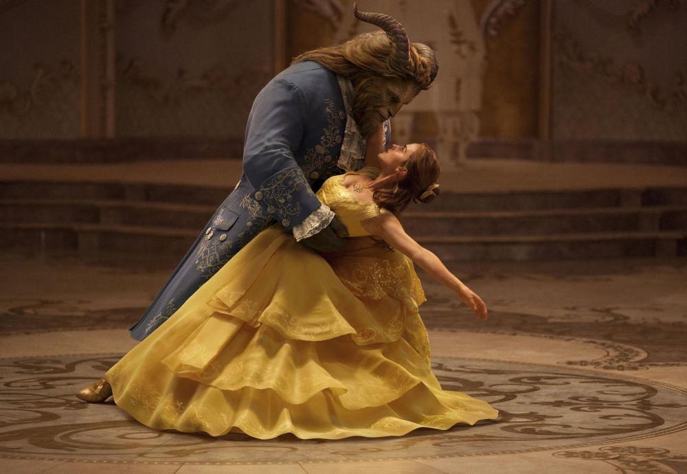 Emma Watson e Dan Stevens nel film La bella e la bestia, 2017