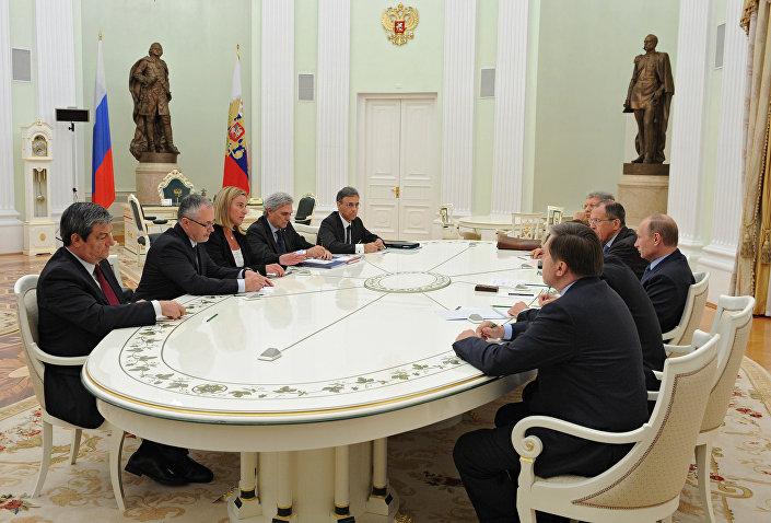 Federica Mogherini faccia a faccia con Vladimir Putin il 9 luglio 2014